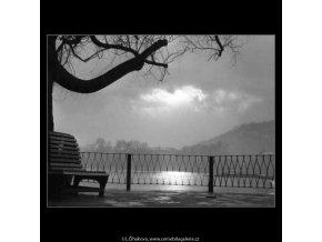 Na Novotného lávce (2674-1), žánry - Praha 1964 únor, černobílý obraz, stará fotografie, prodej