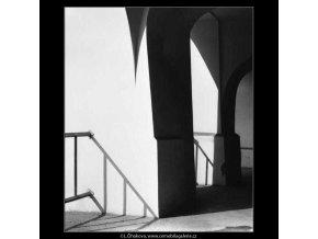 Světla a stíny v podloubí (2702), žánry - Praha 1964 únor, černobílý obraz, stará fotografie, prodej