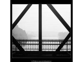 Průhled železničním mostem (2716), Praha 1964 únor, černobílý obraz, stará fotografie, prodej