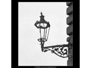 Sešlá rozbitá lampa (2752-2), žánry - Praha 1964 březen, černobílý obraz, stará fotografie, prodej