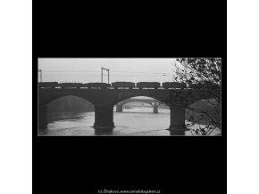 Přejíždí nákladní vlak (2764-4), žánry - Praha 1964 březen, černobílý obraz, stará fotografie, prodej