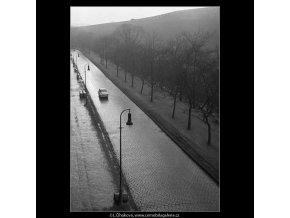 Vozovka a lucerny (2790-1A), žánry - Praha 1964 duben, černobílý obraz, stará fotografie, prodej