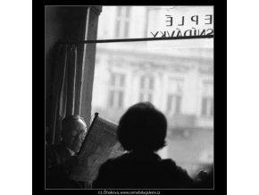 V Malostranské kavárně (2856), žánry - Praha 1964 květen, černobílý obraz, stará fotografie, prodej