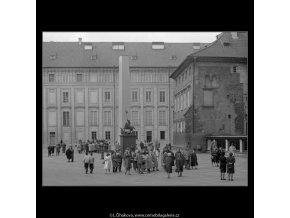 Turiské na 3.nádvoří (2889), Praha 1964 duben, černobílý obraz, stará fotografie, prodej