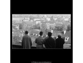 Lidé nad střechami (2890), Praha 1964 květen, černobílý obraz, stará fotografie, prodej
