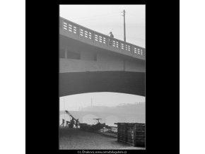 Náplavka u Jiráskova mostu (2896), Praha 1964 květen, černobílý obraz, stará fotografie, prodej