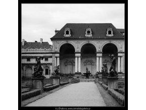 Z Valdštejnské zahrady (2946-2), Praha 1964 červen, černobílý obraz, stará fotografie, prodej