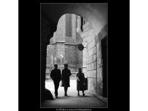 Vyústění Týnské uličky (2965), Praha 1964 květen, černobílý obraz, stará fotografie, prodej