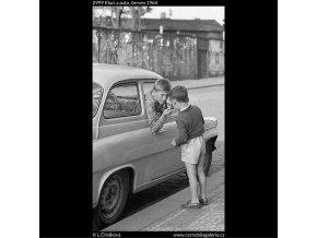 Kluci a auto (2999), žánry - Praha 1964 červen, černobílý obraz, stará fotografie, prodej