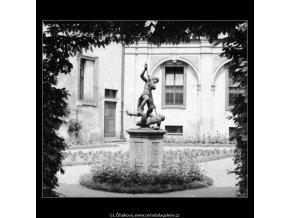 Plastika v zahradě (3004), Praha 1964 červen, černobílý obraz, stará fotografie, prodej
