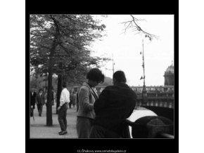 Dvojice u zábradlí (3005), žánry - Praha 1964 červen, černobílý obraz, stará fotografie, prodej