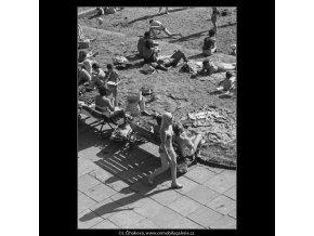 Na plovárně (3030-1), žánry - Praha 1964 červen, černobílý obraz, stará fotografie, prodej