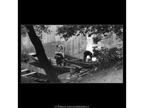 U břehu (3032-2), žánry - Praha 1964 červen, černobílý obraz, stará fotografie, prodej