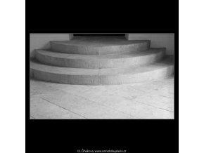 Schody v chodbě (3019-4), Praha 1964 červenec, černobílý obraz, stará fotografie, prodej