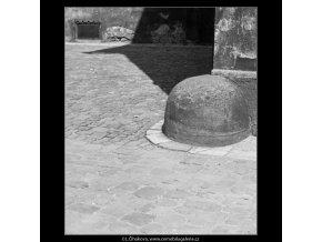 Patník v Ungeltu (3072-2), Praha 1964 červenec, černobílý obraz, stará fotografie, prodej