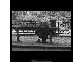 Stařec na lavičce (3051), žánry - Praha 1964 červenec, černobílý obraz, stará fotografie, prodej