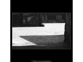 Stíny na dlažbě (3085), žánry - Praha 1964 červenec, černobílý obraz, stará fotografie, prodej