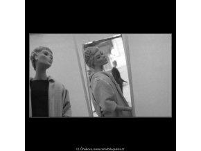 Figurina z výlohy v zrcadle (3120-1), žánry - Praha 1964 srpen, černobílý obraz, stará fotografie, prodej