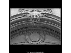 Ozdoba nade dveřmi (3131), Praha 1964 srpen, černobílý obraz, stará fotografie, prodej