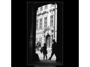 Děvčátko ve dveřích (3140), žánry - Praha 1964 srpen, černobílý obraz, stará fotografie, prodej