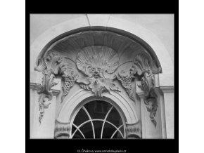Ozdoba nad oknem na dvoře (3178-1), Praha 1964 září, černobílý obraz, stará fotografie, prodej
