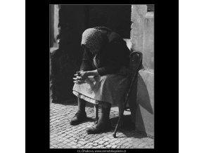 Stará žena (3188), žánry - Praha 1964 září, černobílý obraz, stará fotografie, prodej