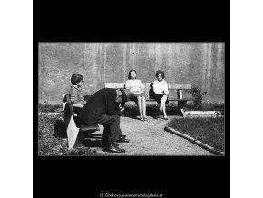 Lidé na lavičce (3212), žánry - Praha 1964 září, černobílý obraz, stará fotografie, prodej