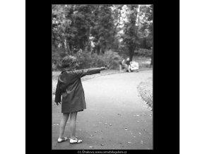 Děvčátko (3245), žánry - Praha 1964 říjen, černobílý obraz, stará fotografie, prodej