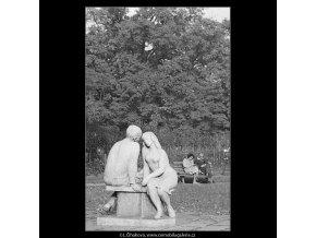 Plastika milenců (3246), žánry - Praha 1964 říjen, černobílý obraz, stará fotografie, prodej