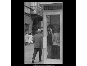 V telefonní budce (3247), žánry - Praha 1964 září, černobílý obraz, stará fotografie, prodej