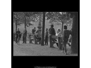 V pohybu (3250), žánry - Praha 1964 říjen, černobílý obraz, stará fotografie, prodej