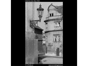 Na rohu (3266), Praha 1964 říjen, černobílý obraz, stará fotografie, prodej