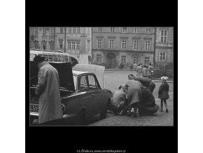 Oprava automobilu (3334), žánry - Praha 1964 listopad, černobílý obraz, stará fotografie, prodej