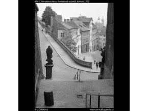 Nerudova ulice z Radničních schodů (644-2), Praha 1960 květen, černobílý obraz, stará fotografie, prodej