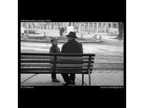 Na lavičce (3364), žánry - Praha 1964 prosinec, černobílý obraz, stará fotografie, prodej