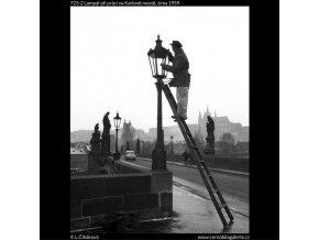 Lampář při práci na Karlově mostě (723-2), Praha 1959 zima, černobílý obraz, stará fotografie, prodej