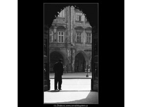 Vrátný (3606), žánry - Praha 1965 duben, černobílý obraz, stará fotografie, prodej