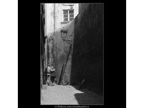 Milenci (3612-3), žánry - Praha 1965 duben, černobílý obraz, stará fotografie, prodej