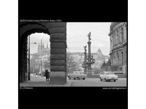 Pražský hrad průhledem (3630), Praha 1965 duben, černobílý obraz, stará fotografie, prodej