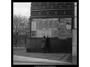 Milenci před plakáty (3632-2), žánry - Praha 1965 duben, černobílý obraz, stará fotografie, prodej