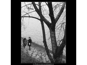 Milenci u vody (3636), žánry - Praha 1965 duben, černobílý obraz, stará fotografie, prodej