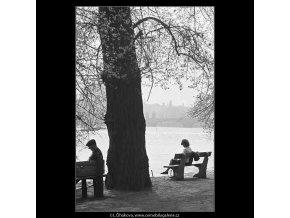 Na lavičkách (3669-1), žánry - Praha 1965 květen, černobílý obraz, stará fotografie, prodej