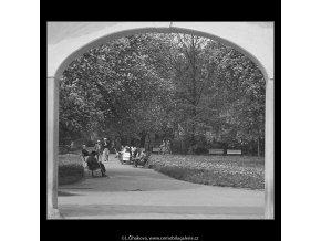 Průhled branou (3677), žánry - Praha 1965 květen, černobílý obraz, stará fotografie, prodej