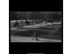 Kluk na koloběžce (3731), žánry - Praha 1965 květen, černobílý obraz, stará fotografie, prodej