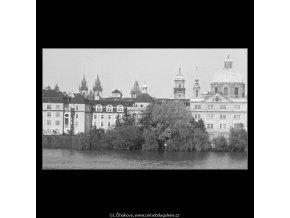 Věže a domy (3737), Praha 1965 květen, černobílý obraz, stará fotografie, prodej
