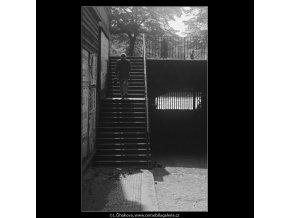 Schody na nábřeží (3749-2), Praha 1965 červen, černobílý obraz, stará fotografie, prodej