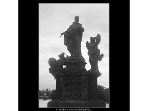 Jedna z plastik Karlova mostu (3771), Praha 1965 červen, černobílý obraz, stará fotografie, prodej