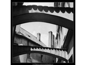 Komíny v uličce (3773), Praha 1965 červen, černobílý obraz, stará fotografie, prodej