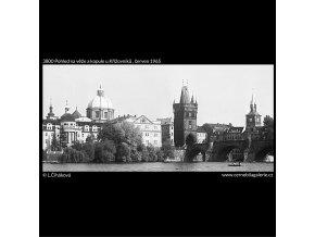 Pohled na věže a kopule u Křižovníků (3800), Praha 1965 červen, černobílý obraz, stará fotografie, prodej