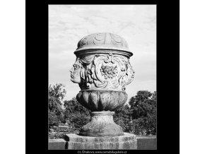 Obnovené vázy - zámek Troja (3823-5), Praha 1965 červenec, černobílý obraz, stará fotografie, prodej